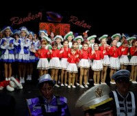 Das Fanfahrencorps geleitet das Prinzenpaar auf die Bühne